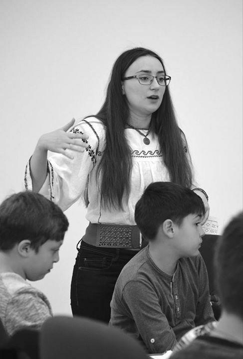 Simona Niculescu in camasa dobrogeana cu platca.