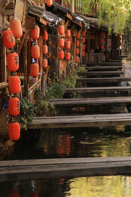 Crossings and lanterns in Lijiang, Yunnan, China (by Andrew Ferrier).