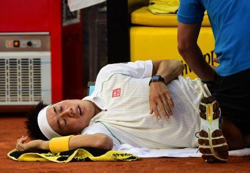 テニス、マドリード・オープン(Mutua Madrid Open 2014)男子シングルス決勝。試合途中に治療を受ける錦織圭(Kei Nishikori、2014年5月11日撮影)。(c)AFP=時事/AFPBB News