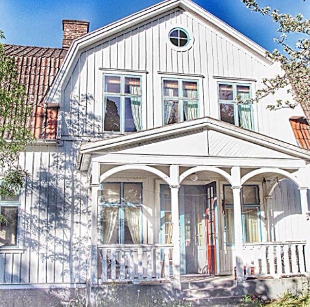 Our House that we renovate  Vårt hus från 1922 som vi håller på att renovera  Mycket att göra, enda värmekällan idag är kakelugnar Längtar efter att få inreda