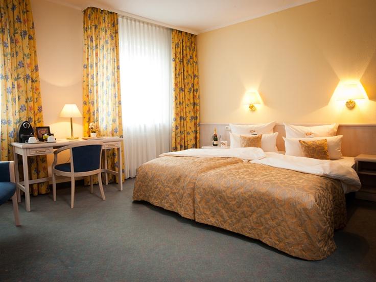 Superior Zimmer mit caratbed Superior und Rheinblick im hoteltraube Rüdesheim (www.hotel-traube-ruedesheim.de) - wake up and smile!
