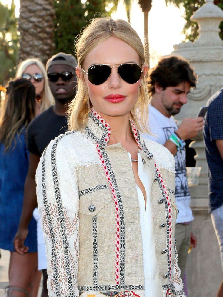 Auf dem ersten Blick wirkt die Hippie-Frisur von Kate Bosworth recht schlicht, doch wenn ihr auf die Lupe rechts unten klickt, könnt ihr erkennen, dass die Schauspielerin gar keinen Mittelscheitel trägt. Kate ließ sich eine dünne Cornrow vom Hinterkopf nach vorne flechten. Die Enden wurden dann geteilt und hinter den Ohren festgesteckt.Wie gefällt euch diese tricky Hippie-Frisur? Weitere Frisuren, Looks und Bilder der Schauspielerin seht ihr hier: Kate Bosworth