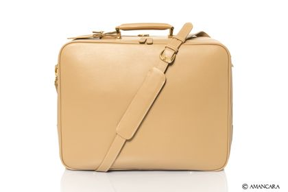 Amancara's Heathrow Travel Companion is the perfect solution for business men and women who need the perfect bag for their documents and also for a weekend business trip! Discover more about this bag now.