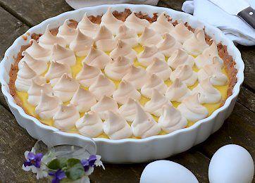 En flot tærte med mandler og makroner i bunden, en lækker og frisk citroncreme som fyld og på toppen små marengsdråber. Desserttærten er også velegnet på kaffebordet.