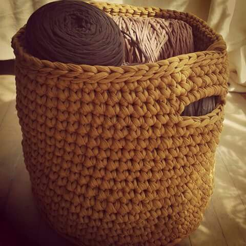 Zpagetti / tshirt yarn / trapillo basket. Crocheted. Mamanufaktura creations (https://facebook.com/mamanufaktura).