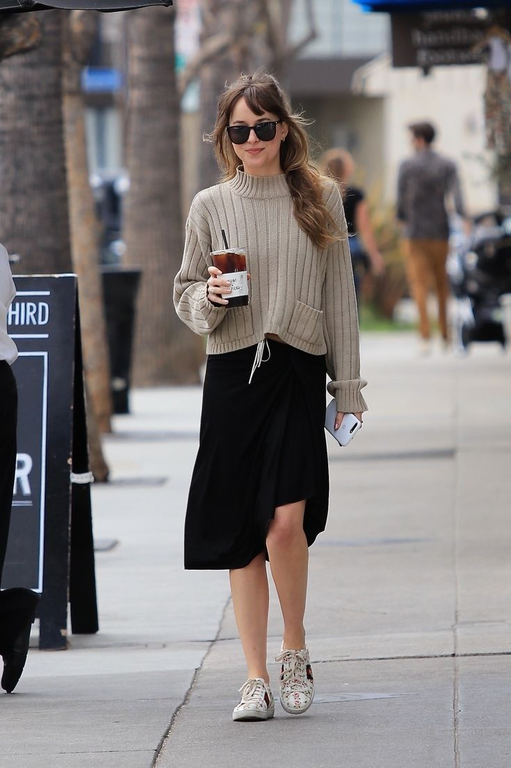 Look do Dia: fashion, Dakota Johnson usou saia e tricô no street style - Makenzi