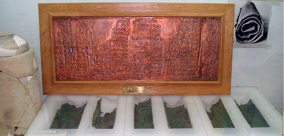 Il Copper Scroll fa parte della straordinaria della cache di documenti  scoperti nel grotte di Qumran, popolarmente conosciuta come la grotta dei Rotoli del Mar Morto. The Copper Scroll, però, è molto diverso dagli altri documenti della biblioteca di Qumran. In effetti, è così anomalo tra i Rotoli del Mar Morto – il suo autore, la scrittura, lo stile, il linguaggio, il genere, il contenuto, è tutto diverso dalle altre pergamene – che gli studiosi credono che deve essere stato inserito nella…