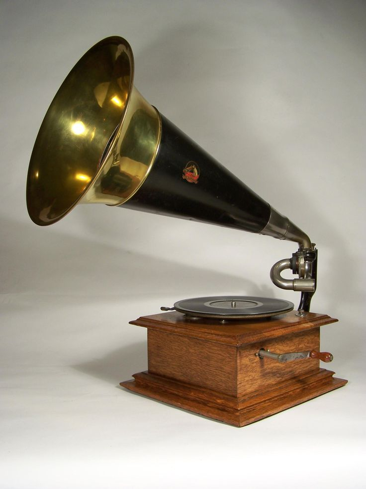 Victor Type 1, 1905.  Tone arm now moves independently of the horn.