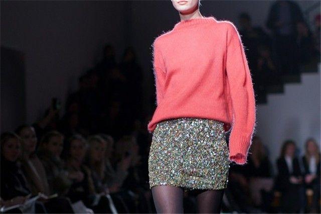 Looks de fiesta: Jersey rosa + falda de lentejuelas doradas