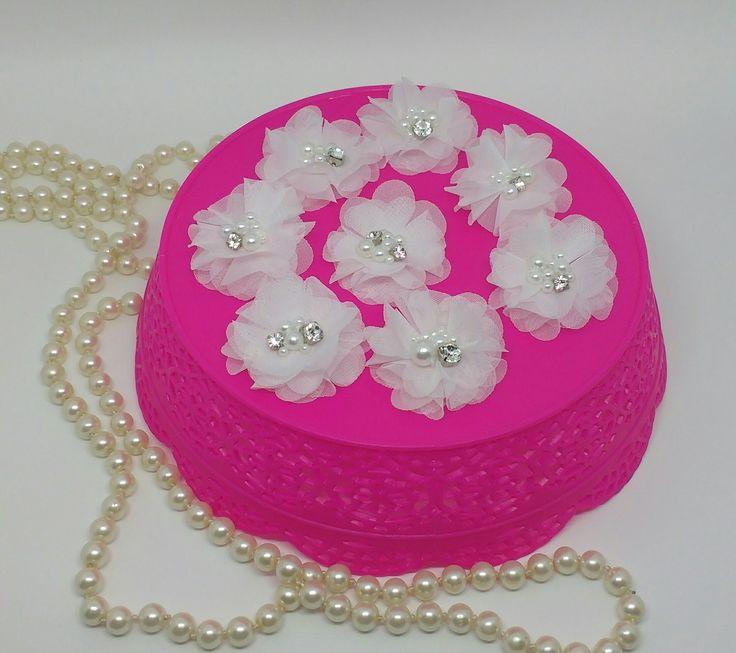 Mini Flor branca de 3cm em voal bordada com pérolas e strass. Toda costurada e bordada a mão, fica linda pra compor penteados, tranças e coques. Pode ser feito na cor offwhite Flor com aproximadamente 5cm. Tempo de produção de acordo com a quantidade.