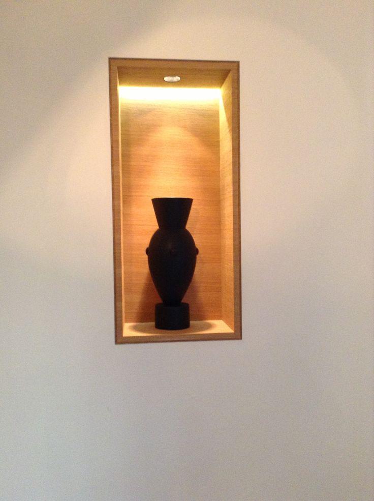 nicho vertical embutido na parede caixa de madeira iluminado