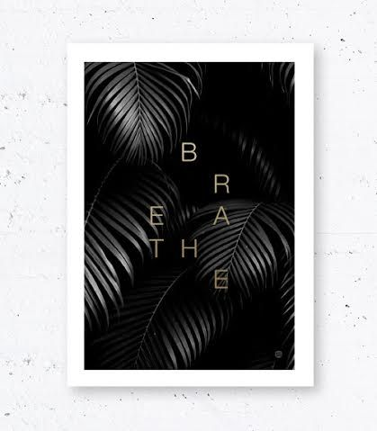 Svart og hvit fotoposter med palmeblader og teksten BREATHE gullfoliert. Plakaten er 50x70cm og passer i standardramme. Designet av MsHay