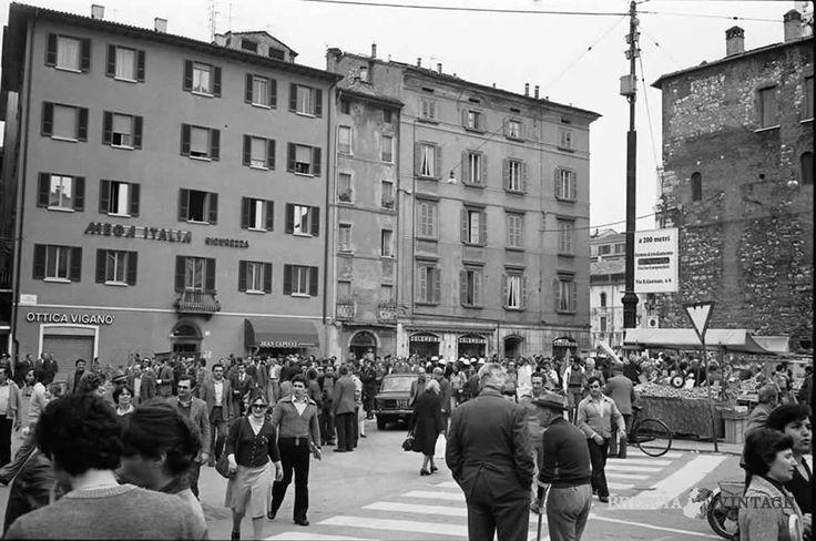 """""""Folla in Largo Formentone"""" - anni 80 http://www.bresciavintage.it/brescia-antica/documenti-storici/folla-largo-formentone-anni-80/"""