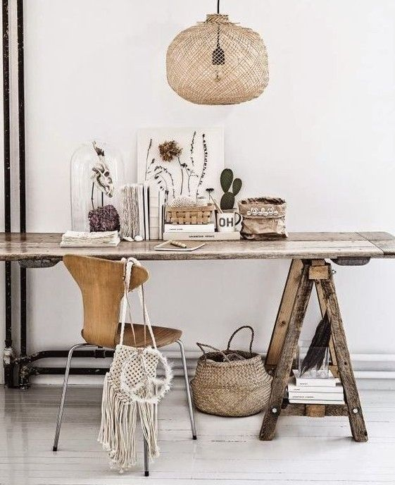 Inspiration décoration pour mon nouveau bureau. Bureau ambiance boho avec table en recup bois panier, cloche en verre, et suspensions en rotin.
