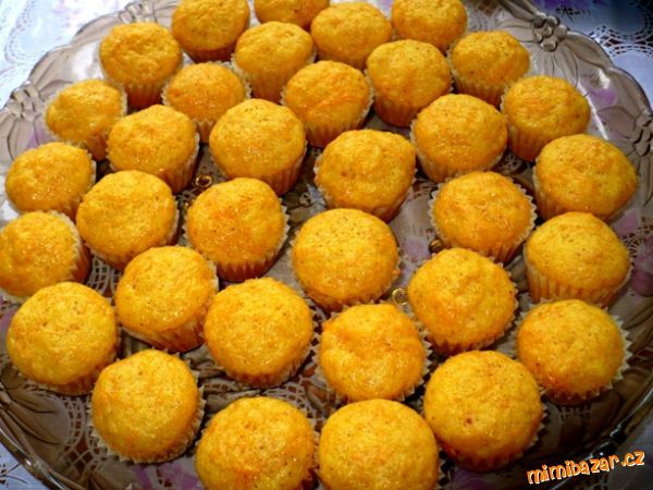 1. V misce smícháme najemno nastrouhanou mrkev, cukr, vanilkový cukr, citronovou šťávu a vajíčka a r...