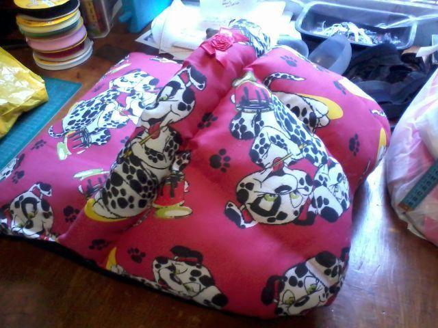 Confecciono Caminha para cães modelo pantufa em tecido gorgorinho no tom vermelho com estampa de dálmatas. Com zíper para retirar a almofada interna da base para facilitar a limpeza. Na cúpula recheio de manta siliconada de fácil lavagem. Fundo com nylon 70 preto Medidas: 64 x 51 x 28 ( L x C x A)Contato: (24) 99912-3488 Whatsapp