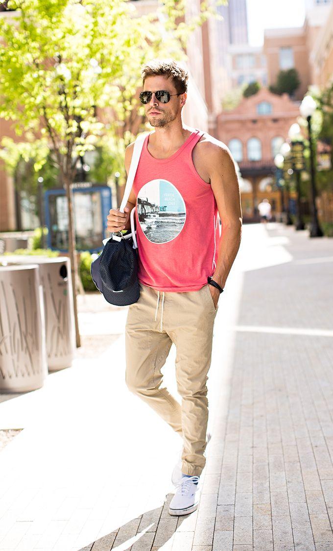Para el verano La camisa rosado, los pantalones broncearse, los zapatos blanca, las gafas de sol, la bolsa azul 175$/ 155.11 euros Clavado por: David Thompson
