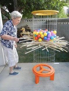 Een gezelschapsspel uitvergroot. De senioren trekken om de beurt een stok uit het spel. Het is de bedoeling dat er geen of zo weinig mogelijk ballen naar beneden vallen. De senioren moeten dus rondlopen en proberen inschatten op welke stok geen balletje ligt die in beweging kan gezet worden.