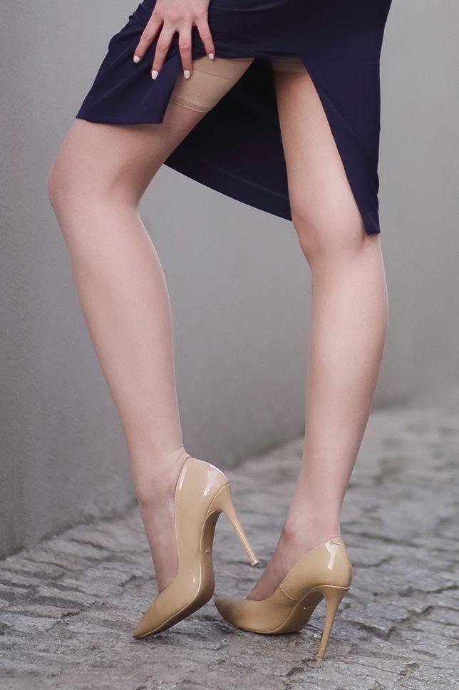 Granatowa Sukienka Z Odkrytym Tylem Bezowe Szpilki I Cieliste Ponczochy Ari Maj Personal Blog By Ariadna Majewska Heels Beige Pumps Pumps