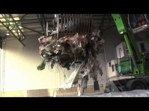 Hukkuuko perhe roskavuoreen? Katso videolta, miten lajittelu sujuu.