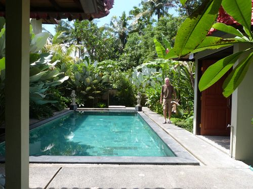 Pool Villa house for rent in Ubud Bali for your holiday. Villa Sirig For 1 week 350 euro - 50 euro a night. For 1 month 45 euro a night. Villa with swimmingpool. Contact us mailto:ubudroom@hotmail.com  (English , Nederlands or bahasa )