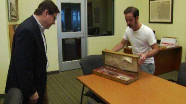 Trova in casa una scatola con una mano, delle monete d'oro e una mappa per il tesoro - Yahoo Notizie Italia