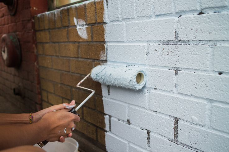 Een muurverf is makkelijk aan te brengen op buitenmuren. Sommige muren moeten echter worden voorbehandeld met een primer.