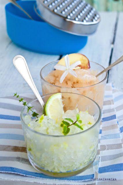 GRANITE DI SUCCO DI FRUTTA - Versate il succo di frutta ormai freddo nei bicchieri di plastica usa e getta e lasciate ghiacciare in congelatore per alcune ore. Togliete ... Grattugiate ...