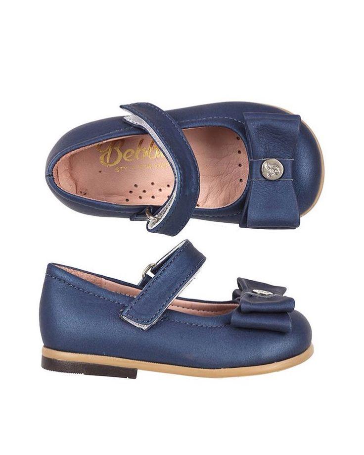 Bebbini Lacivert Deri Cırtcırtlı Kız Çocuk Ayakkabısı 145.90  TL 19-23-24-25 numaralar  Bebbini modelleri yüksek kalite hakiki dana/keçi derisi kullanılarak %100 el işçiliği ile üretilmektedir.  Modellerimiz bebek/çocuk ayak anatomisine uygun olarak hazırlanmaktadır.  Ayakkabılarımızın topuk bölümünde kullanılan yumuşak topuk pedi çocukların yumuşak bir zemine basarak ayaklarının rahat etmesini sağlamaktadır.  Ürünlerimizde domuz derisi ya da suni malzeme kesinlikle kullanılmamaktadır…