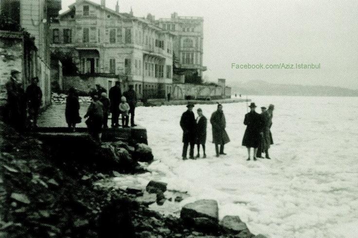 """istanbul  Böyle Soğuk Görmedi. Efsane 1929 Kışından.     """"Boğaz'ın en dar yeri olan Rumelihisarı - Anadolu hisarı arasını yürüyerek geçildiği söylenen o müthiş kışın,Tophane Müşiri Zeki Paşa yalısının önündeki manzarasını ve yığılan buzlar üzerinde objektife poz veren Hisarlılar.    Yıl . Ocak 1929    Bilgi Kaynağı : NTV Tarih  Düzeleme : Zeki U."""""""