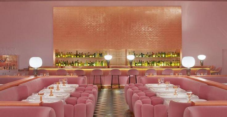 A Londra il ristorante Sketch si tinge di rosa. Uno scorcio della sala principale: total pink e arredi morbidi di gusto Anni 40. Progetto della decoratrice parigina India Mahdavi.