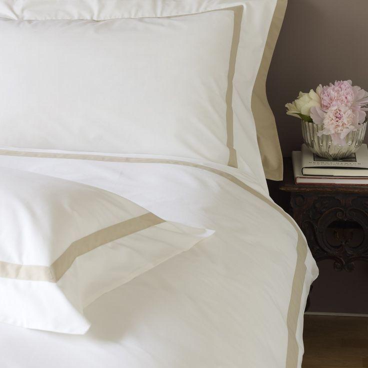 """Parure de lit """"Milano"""" par Garnier Thiebaut. Sa percale de coton s'accorde à la perfection avec la couette naturelle Impérial tempérée 70 de Dumas https://www.dumas-paris.fr/couettes/naturel/hiver/39-couette-plume-imperial-temperee-70.html #lit #bed #chambre #bedroom #coton #cotton"""