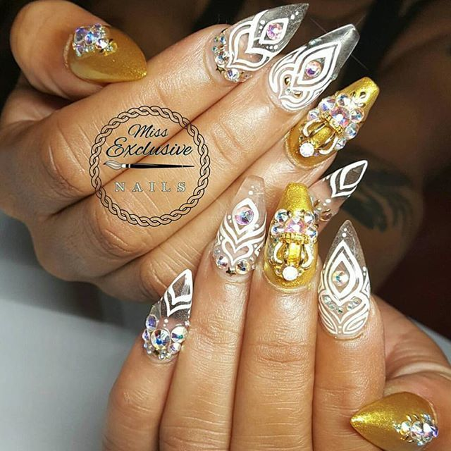 Loving this set by @missexclusivenails using White and Gold Gel Art Paint