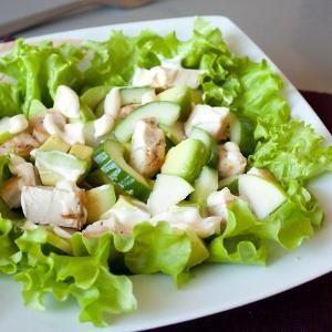 Салат из курицы с авокадо Ориентировочное время приготовления: 30 минут на 100 гр 97.6 ккал Б/Ж/У 7.96/5.38/4.35 Ингредиенты на 4 порции: 300 г куриного филе 1 крупное авокадо 1 небольшой огурец 1 неб...