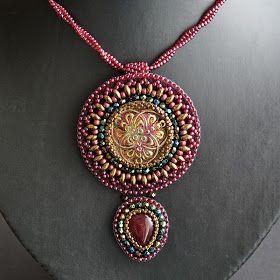 Lavanya  w języku hindi znaczy piękna dziewczyna.  Stworzyłam wisior i kolczyki niekoniecznie do kompletu w kolorystyce ulubionej, czerwono-...