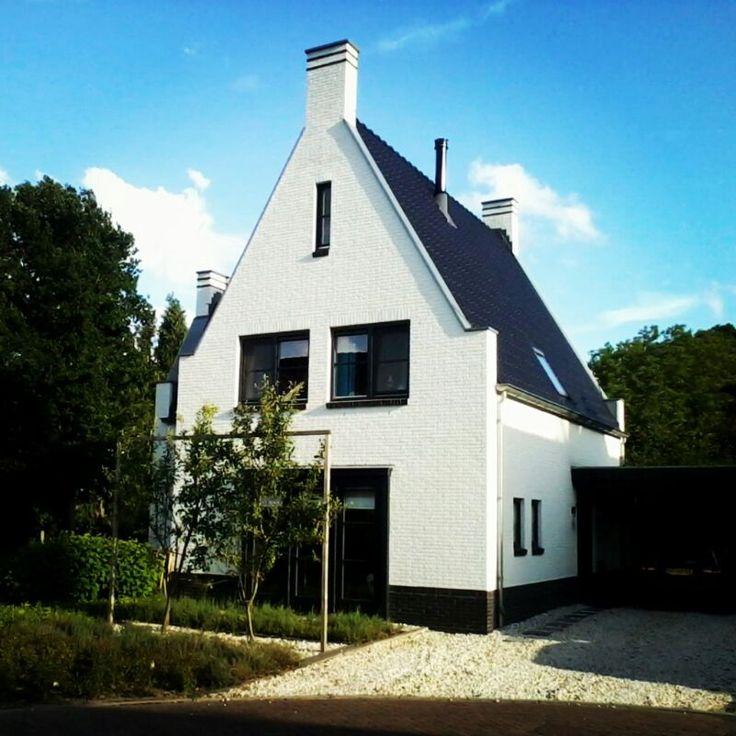Witte vrijstaande villa (keimwerk) met zwarte kozijnen in Engelse stijl te Nijverdal - 01 Architecten - ontworpen door Dennis Kemper tijdens de periode dat hij bij EVE-architecten werkte.