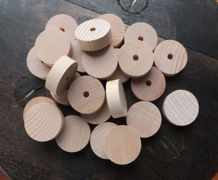 Dřevěná kolečka 24 ks Dřevěná kolečka z tvrdého bukového dřeva. Hodí se například na výrobu hraček, úchytek k zásuvkám, věšákům, zakončení nožek nábytku a nechám na vás co dalšího ještě vymyslíte... Rozměry: průměr 36 mm, síla materiálu 12 mm, z jedné strany je navrtána díra na kolíček o průměru 6 mm. cena je za 24 kusů