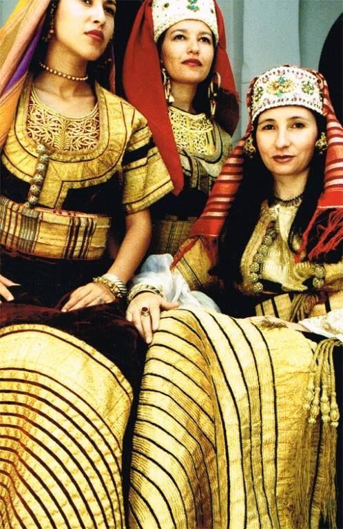 Des jeunes femmes de Tanger en costume de cérémonie en 1980