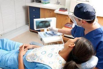 Odontoiatra mostra alla paziente l'esame radiologico