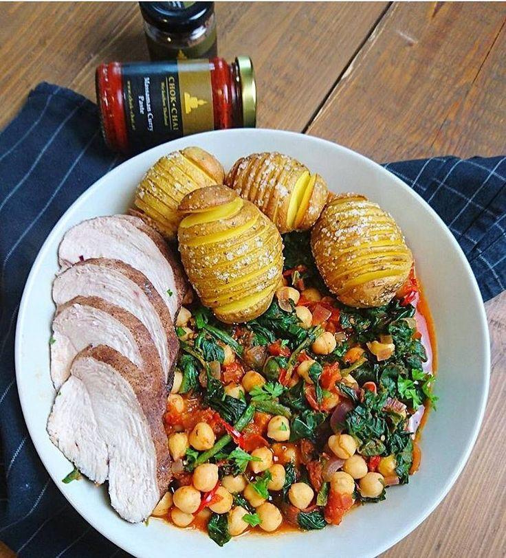 #Massaman Kichererbsen Curry mit Fächerkartoffeln und #oatishähnchen  @oats_and_fitfood was stellst du bitte immer für leckere Sachen an mit unseren Curry Pasten?  Würde vermutlich keiner von der Tischkante stoßen  Die Massaman Curry Paste und weitere Spezialitäten gibts auf unserer Homepage - Link in der Bio  . Habt einen entspannten Mittwoch Abend ihr Lieben!  Shop: www.chok-chai.at @chokchai.thai.cuisine  Versandkostenfrei ab 49  Versand 1-3 Werktage  14 Tage Zufriedenheitsgarantie   PS…