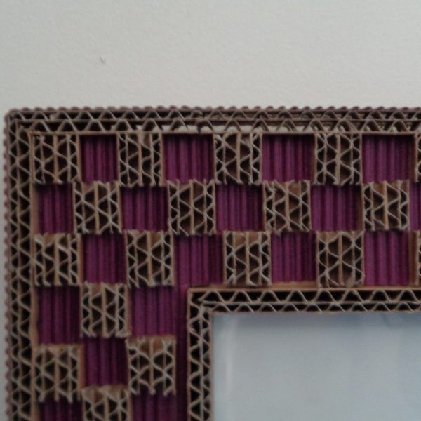 Cadre en dentelle de carton et carton ondulé violet