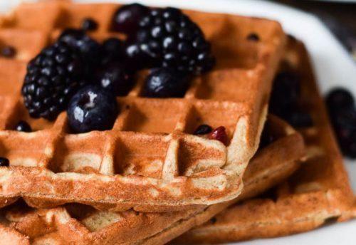 El café a prueba de balas es una rica opción entre comidas o para acompañar estos waffles cetogénicos. Añade una cucharadita de aceite de coco y 1 cucharadita de mantequilla al café. Si se deseas se le puede agregar media crema (no sustituto de crema). El secreto está en ponerlo en la licuadora para que...Leer más