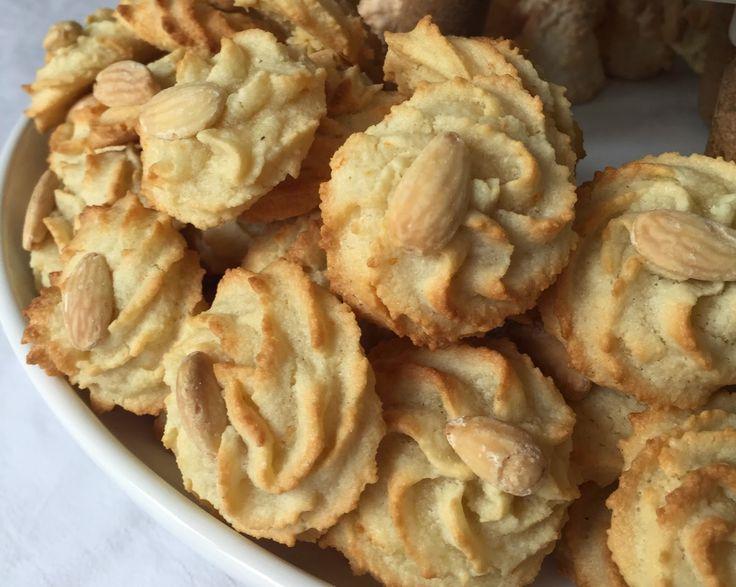 les secrets de la recette: petits fours aux amandes (sans farine) amande blancs d'œuf et sucre... C'est tout !