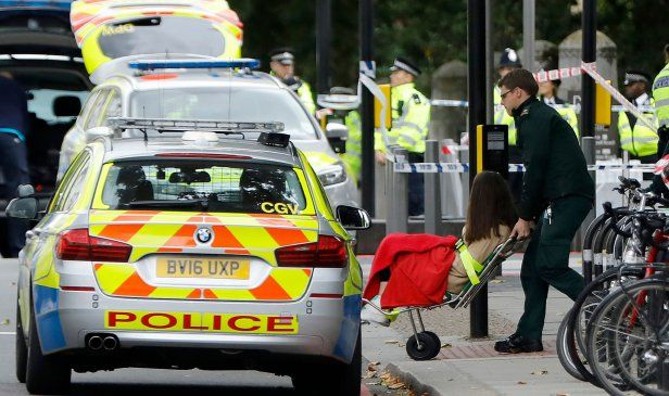 Pejalan kaki cedera dirempuh di muzium London   LONDON: Beberapa orang pejalan kaki cedera selepas dirempuh sebuah kenderaan yang dipandu seorang lelaki berhampiran Muzium Sejarah Semulajadi di sini.  hari ini.  Bagaimanapun lelaki terbabit berjaya ditahan polis yang berada di lokasi kejadian.  Terdahulu media British melaporkan sebuah kereta terbabas ke laluan pejalan kaki di luar sebuah destinasi tarikan pelancong.  Polis menyifatkan kejadian di kawasan selatan Kensington di barat London…