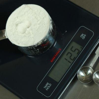 Σε περίπτωση που δεν έχουμε ζυγαριά ακριβείας και χρειαζόμαστε την αντιστοίχιση όγκου σε γραμμάρια για κάποια βασικά υλικά της μαγειρικής και ζαχαροπλαστικής, μπορούμε να χρησιμοποιήσουμε τις παρακάτω ενδεικτικές μετρήσεις.  Αλάτι: 1 κουταλιά της σούπας ισούται με 20 γρ. Αλεύρι: 1 φλιτζάνι ισούται με 130 γρ. / 1 κουταλιά της σούπας ισούται με 10 γρ. Βούτυρο: 1 φλιτζάνι ισούται με 230 γρ. Γάλα: 1 φλιτζάνι ισούται με 230 γρ. Ζάχαρη κοινή: 1 φλιτζάνι ισούται με 200 γρ. Ζάχαρη μαύρη: 1 φλ...