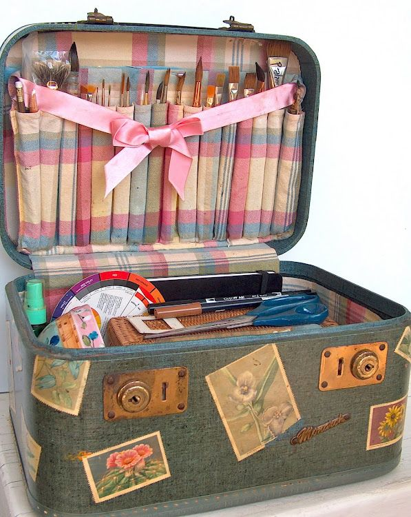 I am going to make this to carry my art supplies! Sooo cute!