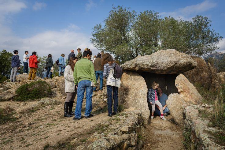 Dolmen cercano al viñedo de Celler Can Torres en Sant Climent Sescebes, Girona.
