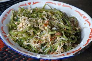 Pelecing kangkung - Water spinach with mung sprouts - authentic Indonesian vegan recipe from a village on Lombok island, Indonesia (source: my personnal food and travel blog / vlog with recipes, authentic video recipes, street food, food and travel documentary, travel info and more. Welcome! :) )