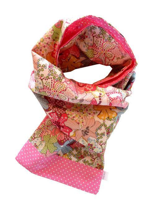 Au printemps, elle ne sort pas sans son foulard ! Il la protège du vent, accessoirise sa tenue, et apporte les couleurs qu'il manque tant à la ville… Le souci c'est qu'il manque c…