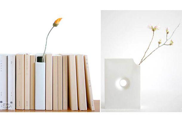 春だね、花咲く春だね。本棚に本を並べてその前や横、棚の上に小さな花瓶でお花を飾るなんてステキですな。家に花を飾るなんて心に余裕が...